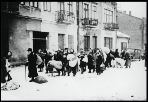 Photo of the deportation of Jews from Mielec by a German soldier. Photo source: Bundesarchiv B-162-Bild-00426